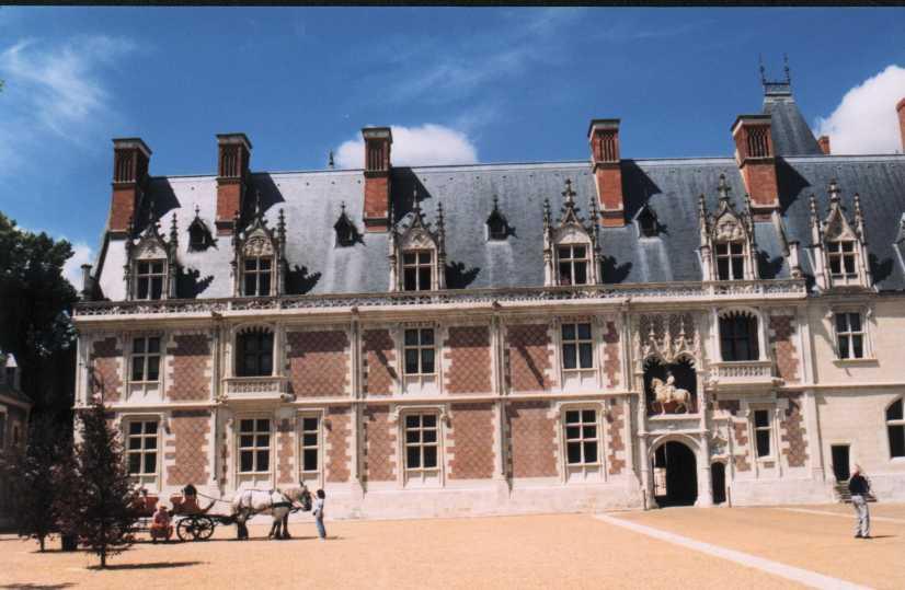 http://his.nicolas.free.fr/Histoire/Monuments/Chateaux/Blois/BloisLouisXII_WEB.jpg